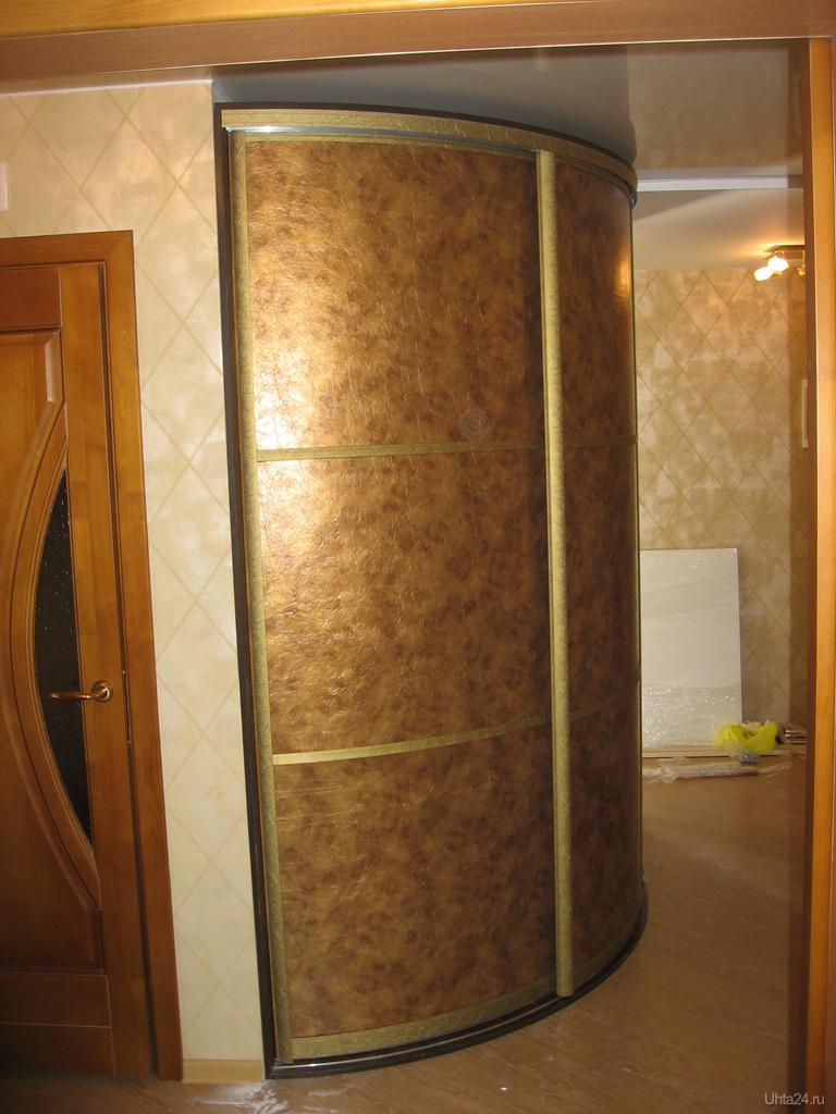 Фотография встроенный шкаф-купе, радиальные двери обтянутые .